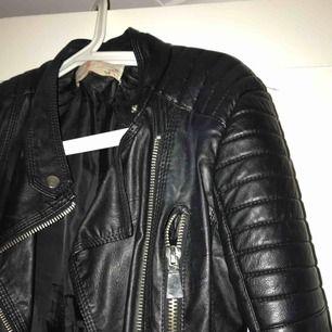 Den populära i snygga chiquelle moto jacket. Använd men bra skick. De är ganska små i storlekarna.