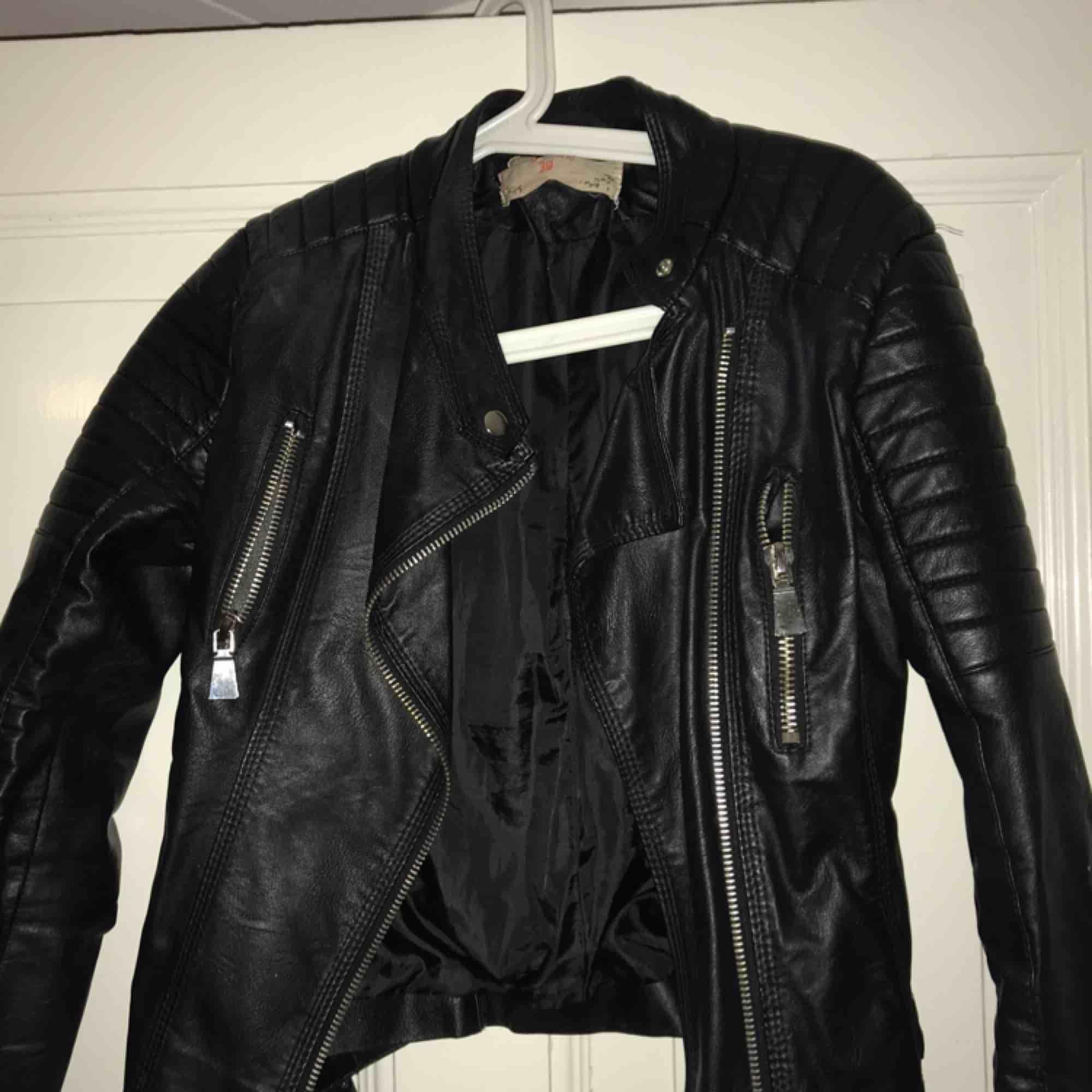 Den populära i snygga chiquelle moto jacket. Använd men bra skick. De är ganska små i storlekarna. . Jackor.
