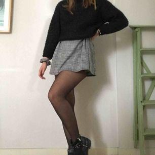 Klänning i grått rutigt tyg, men dock gillar jag att använda den som en kjol då jag inte är så förtjust i övre delen av klänningen