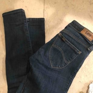Lee jeans i fint skick  Storlek w24  Finns i Farsta  Köpare står för frakt