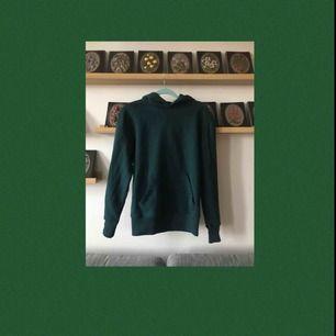 En vanlig mörkgrön hoodie från Primark! Köpte den men märkte sedan att den var lite för liten för min smak, så den är inte använd alls:) Frakten ingår i priset💞💞