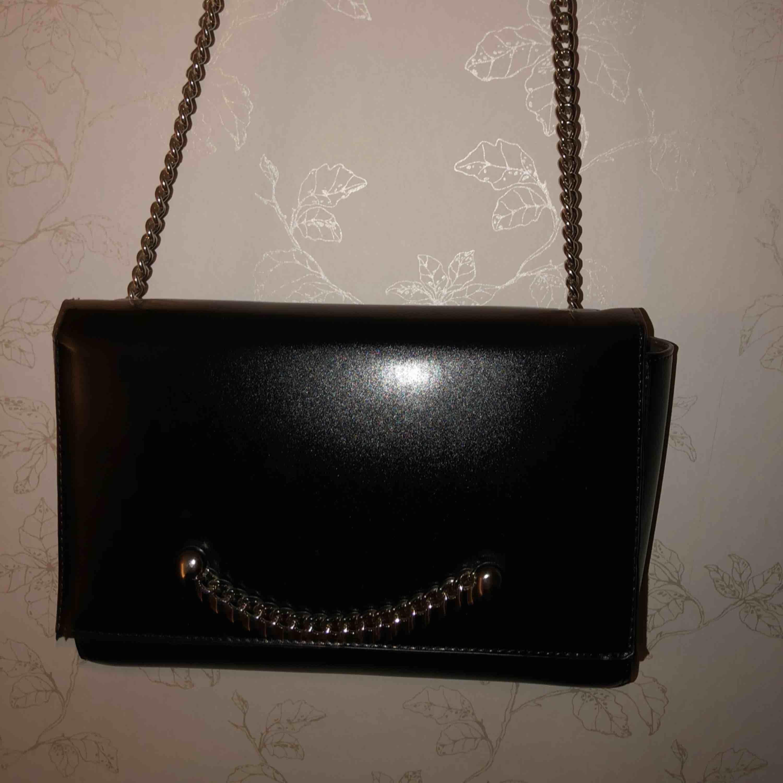 Mycket fin svart axelremsväska från GinaTricot. Den är aldrig använd och är i mycket bra skick. Vet inte originalpriset då det är en present.  150kr + frakt  . Accessoarer.