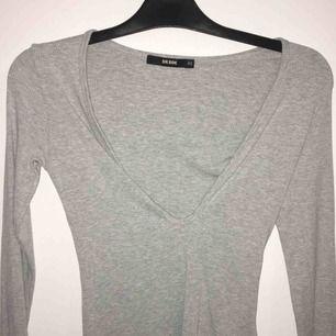 Jätte fin urringad tröja som framhäver brösten. Storlek XS men passar även S. Sätter sig bra efter kroppsformen.