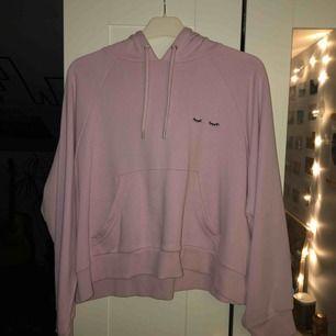 Ljus rosa hoodie från Monki. Är i storlek M men passa också L. Är lite cropad men är inte jätte kort. Inte jätte tjock vilket är perfekt nu till våren! Köparen står för frakten, kan mötas upp i Lund