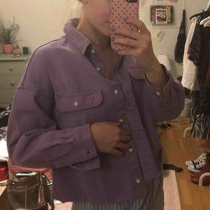 Jättesnygg lila jeansjacka från bershka i storlek XS, men passar bra på mig som är s/m vanligtvis! Den är avklippt och passar perfekt nu till våren🥰