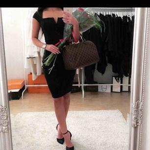 Svart klänning i storlek xs, använd i endast några timmar. Köparen står för frakt