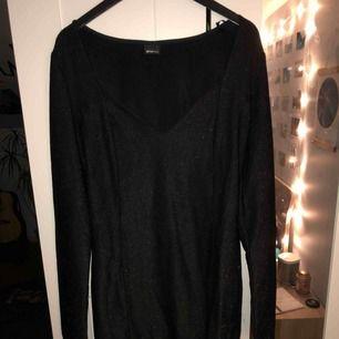 Snygg, svart glittrig festklänning. Sitter super snygg och ger väldigt snygg form. Köparen står för frakt, kan mötas upp i Lund