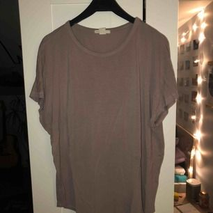 Basic lavendelfärgad t-shirt. Köparen står för frakten, kan mötas upp i Lund
