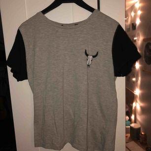 Skön grå t-shirt. Lappen vid nacken är bortklippt för den kliade. Använd en gång. Köparen står för frakten, kan mötas upp i Lund
