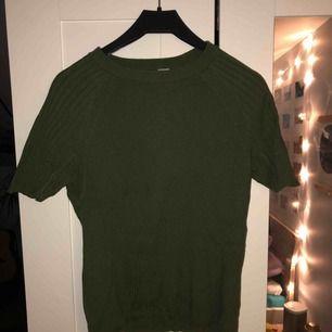 Basic grön tröja. Väldigt skön och sitter bra. Köparen står för frakten, kan mötas upp i Lund