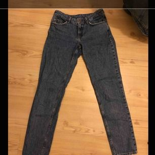 Raka jeans från Cubus, strl XS Sparsamt använda, slitningar vid fickor och benslut men så är dom köpta nya Varit mina favorit jeans tills dom blev för små, bekväma och sitter snyggt Nypris 300kr säljes för 50kr  Finns i Falun men kan fraktas