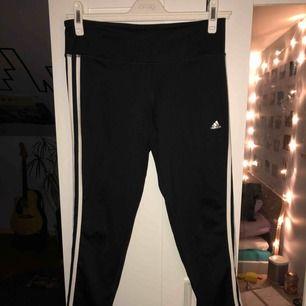 Tränings tights från Adidas. Knappt använda. Köparen står för frakten, kan mötas upp i Lund