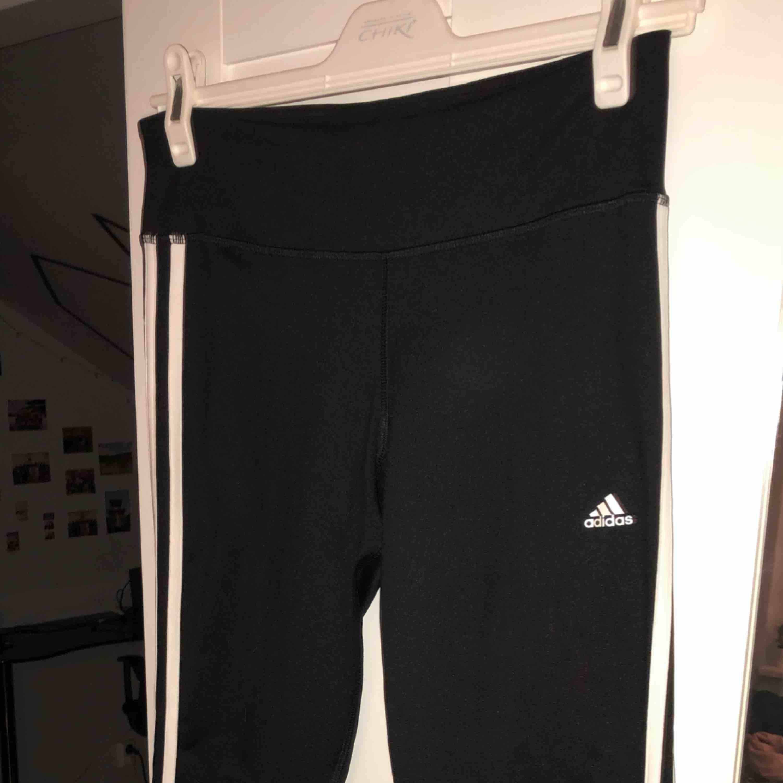 Tränings tights från Adidas. Knappt använda. Köparen står för frakten, kan mötas upp i Lund. Jeans & Byxor.