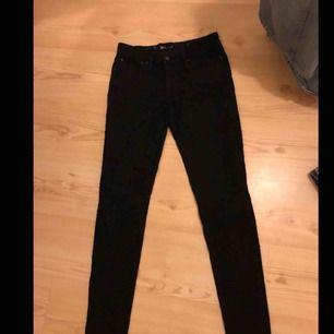 Svarta Levis jeans. Tight modell i storlek 26  Köptes här på plick, helt oanvända sen dess men ser ut att vara i bra skick Finns i falun men kan fraktas