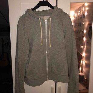 Basic grå hoodie. Köparen står för frakten, kan mötas upp i Lund