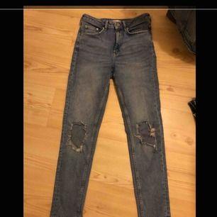 Flitigt använda jeans med hål från Gina Tricot, sitter snyggt och är bekväma Nypris 500kr säljes för 40kr  Finns i Falun men kan fraktas