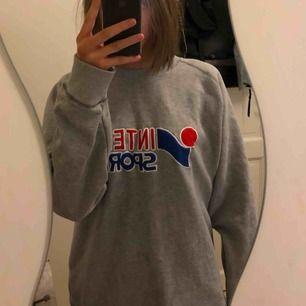 Sweatshirt från Intersport, storlek XXL i fint skick Jag vet inte nypris men jag säljer den för 150kr