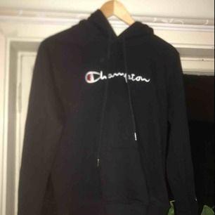 Champion hoodie köpt på Shpock. I Nyskick. Min kameralins är sönder därför är bilderna konstiga och suddiga. ☺️