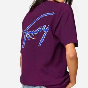 Helt oanvänd Tommy Hilfiger signature T shirt (ord pris 399kr). Den är oversized och sitter sååå snyggt på! Har tyvärr inte kommit till användning och hoppas att den får ett nytt hem!! Endast provad av mig - bilderna är ifrån hemsidan direkt!