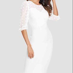 HELT NY!!!!! Vit klänning i storlek xs, ALDRIG ANVÄND! Storlek xs pris 150 kr.