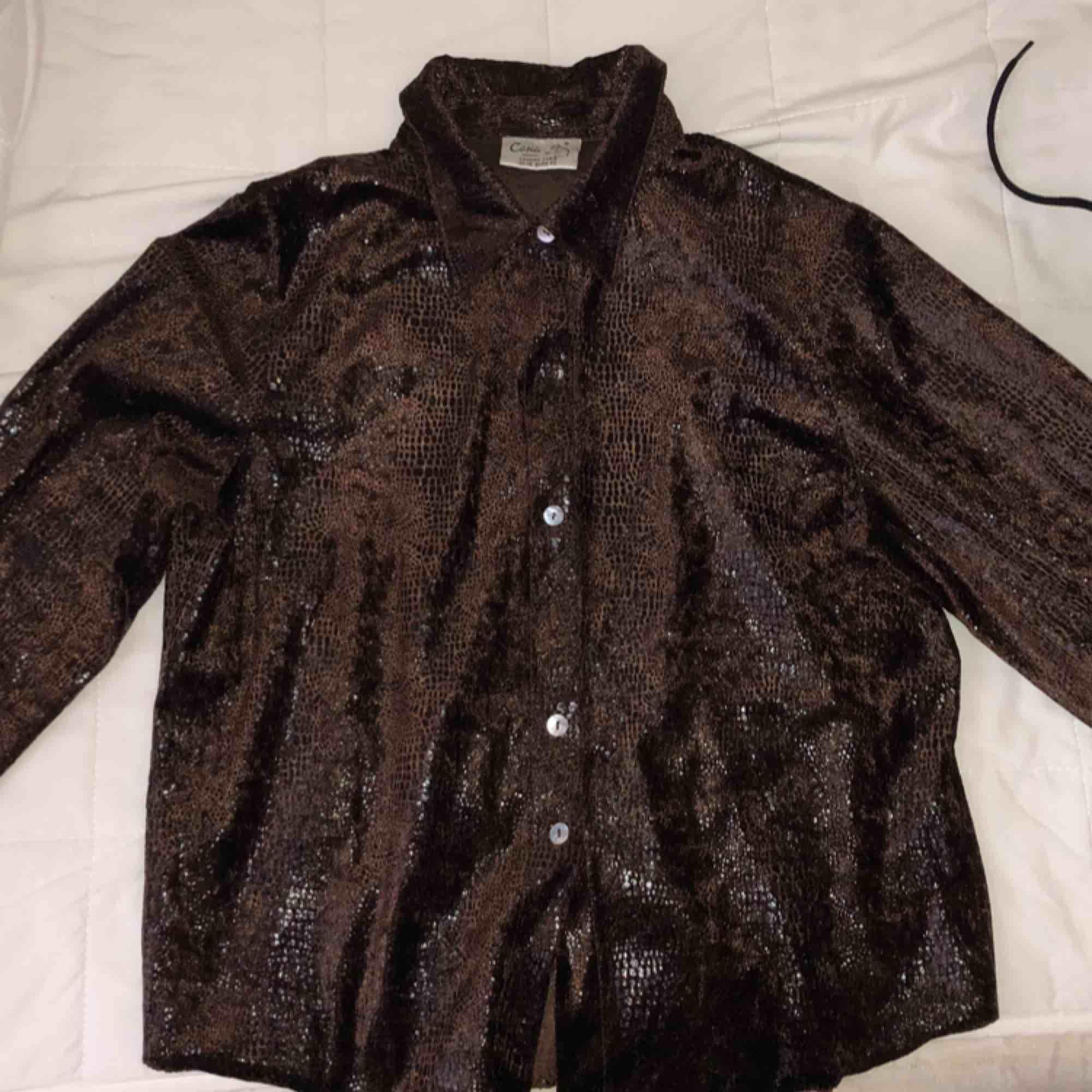Vintage shirt, animal print with some shiny patent spots.  . Skjortor.