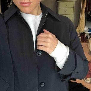 Supersnygg marinblå skjortjacka från hm köpt i höstas, knappt använd och och passar perfekt nu till våren!😍 frakten ingår i priset