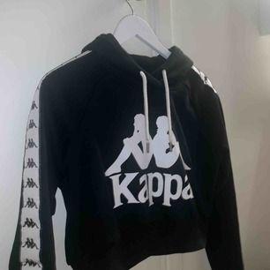 Kappa hoodie, nypris 629kr. Säljer pga använder inte längre men i jätte bra skick. Skriv för fler bilder. Fraktar