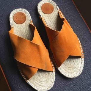 Sandaler ifrån Indiska i orange mocka.  Storlek 39.  Fint skick!