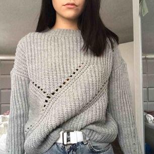 Mysig ljusgrå stickad tröja från missguided. Den är i fint skick då den knappt är använd. Kan mötas upp i Malmö eller så står köparen för frakt!