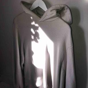 Beige oversized hoodie från H&M. Bara använd ett fåtal gånger, inga slitningar alls!