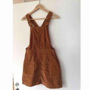 Superfin manchesterklänning som tyvärr är för liten för mig. Köpt på urban outfitters och i gott skick. Frakt tillkommer.