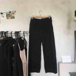 Vida ankellånga svarta jeans från Monki. Strlk 34! Knappt använda. Snygga på! Säljer pga lite små på mig. Frakt ingår