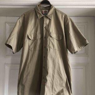 Skjorta från Dickies i trevligt skick. Kan hämtas i Uppsala eller skickas mot fraktkostnad