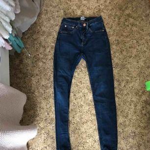 Dom ljusare jeansen är lite mer slitna. High waisted tighta stretch jeans jätte bekväma. Snake model