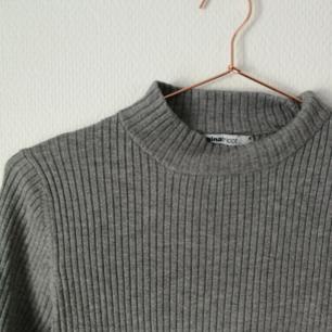 〰️ Ribbad tröja från Gina Tricot med liten polo. Jättemjuk och skön! Storlek M, men Kan passa allt från XS-M. Köparen står för frakt. Katt finns i hemmet. Använder helst Swish 〰️