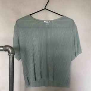 Gråblå-grön liten tunn ribbad blus i t-shirtmodell. Super skön på sommaren! XS från monki. Fungerar även om en har strlk S. :)  Betalaren står för frakt