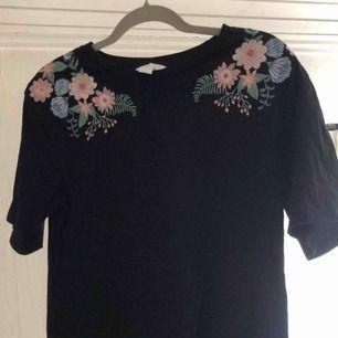 Superfin T-shirt med broderade blommor! Frakt tillkommer