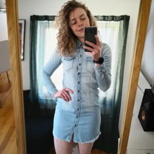 Snygg figursydd jeansklänning från only i storlek 36. Nyskick! 70kr inkl frakt!😁