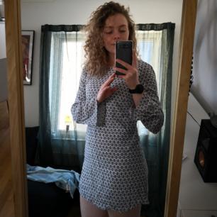 Somrig kort klänning med urringning i ryggen från gina tricot. Nyskick! 50kr inkl frakt!! 🤠
