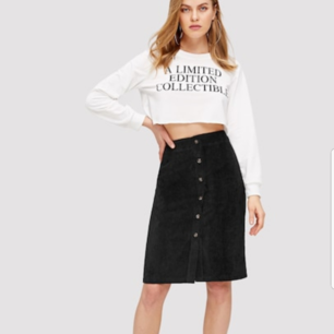 En jättefin svart manchester kjol som jag beställt från shein, på deras hemsida var det storlek Large och på mig som är Medium var den tyvärr för liten. Deras storlekar är väldigt små så skulle säga att den passar på mindre M eller större S!