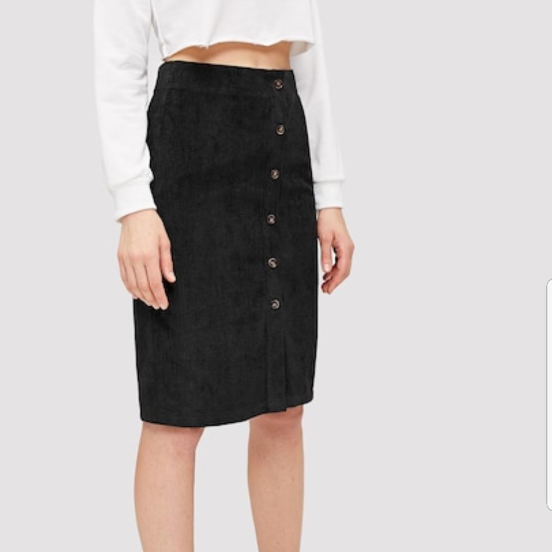 En jättefin svart manchester kjol som jag beställt från shein, på deras hemsida var det storlek Large och på mig som är Medium var den tyvärr för liten. Deras storlekar är väldigt små så skulle säga att den passar på mindre M eller större S! . Kjolar.