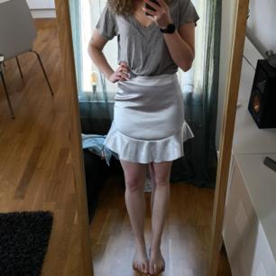 Festlig kjol från H&M i storlek 38. Nyskick! 50kr inkl frakt!! 🧁