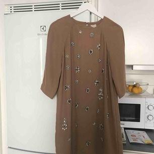 En mycket vacker klänning från hm trend med fina detaljer! Går ner på halva låret på mig (170cm). Använd 1 gång!
