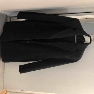 Svart klassisk kappa, använd ett fåtal gånger. Ord pris 600 kr. Köparen står för frakt