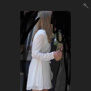 jättefin klänning jag hade på skolavslutningen i nian :) kunde inte lägga upp fler bilder men den har lite mindre fläckar som jag kan skicka bild på så ni vet ! tror att de bör gå bort med tvättmedel/ett annat medel. 💗💗