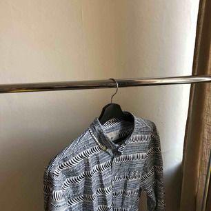 En skjorta från lexington i perfekt skick! Originalpriset: 1100kr Köparen står för eventuell frakt men annars kan jag mötas upp i Stockholm