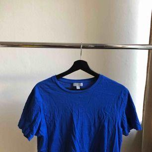 En blå tshirt från Cos i jättebra skick! Köparen står för eventuell frakt men annars kan jag mötas upp i Stockholm