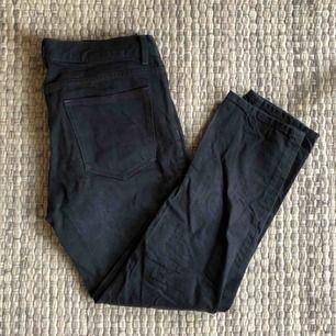 Svarta jeans från arket i jättebra skick! Originalpriset: 800kr Köparen står för eventuell frakt men annars kan jag mötas upp i Stockholm