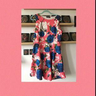 En jättefin blommig klänning som aldrig har varit använd. Står 44 men passar på 38-44;) Köparen står för frakt