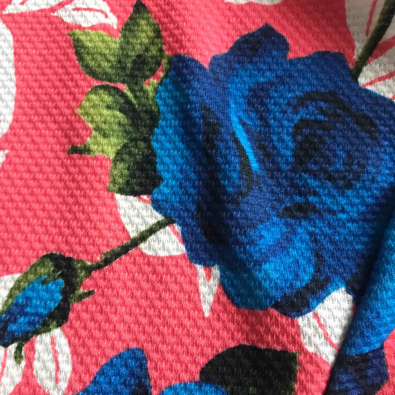 En jättefin blommig klänning som aldrig har varit använd. Står 44 men passar på 38-44;) Köparen står för frakt. Klänningar.